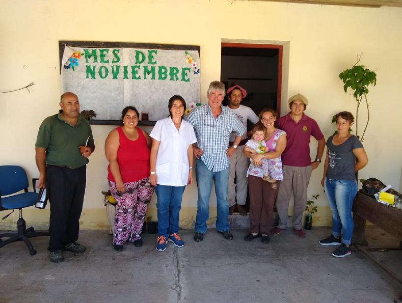Jorge Gerardo Metz, Secretario General del CIC, junto al personal de la escuela Escuela N° 107 Colonia El Potrero, Costa Uruguay Norte, Gualeguaychú.